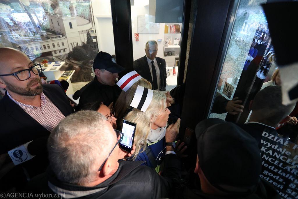 Pielęgniarki próbowały wejść do Sejmu, ale nie zostały wpuszczone
