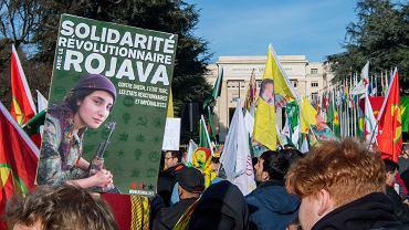 Demonstracja poparcia dla autonomicznej kurdyjskiej enklawy w Rożawie oraz sprzeciwu wobec Tureckiej ingerencji w północnej Syrii, skierowanej przeciwko Kurdom. Place des Nations przed europejską siedzibą ONZ w Genewie, 24 stycznia 2018 r.
