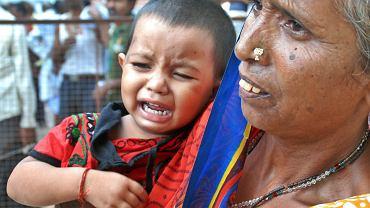 W Indiach ponownie dochodzi do aktów przemocy. Wioskowa rada starszych prawdopodobnie zleciła gwałt i zabójstwo córki jednego z mieszkańców. Kraj zaczyna wrzeć