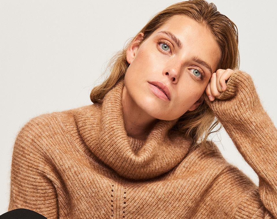 Klasyczny sweter z wełny i moheru w pięknym odcieniu jasnego brązu
