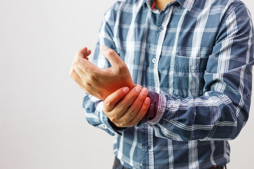 Zapalenie stawów objawia się bólem, sztywnością oraz obrzękiem stawów