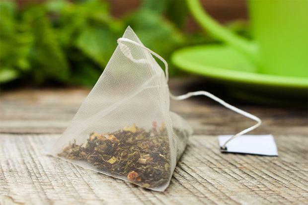 Pijesz herbatę ekspresową? Uważaj na plastikowe torebki