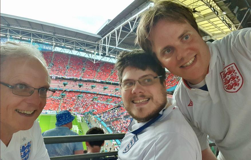 Graham Hiley ze swoimi synami Timem i Martinem na finale Euro 2020. Źródło: TWitter