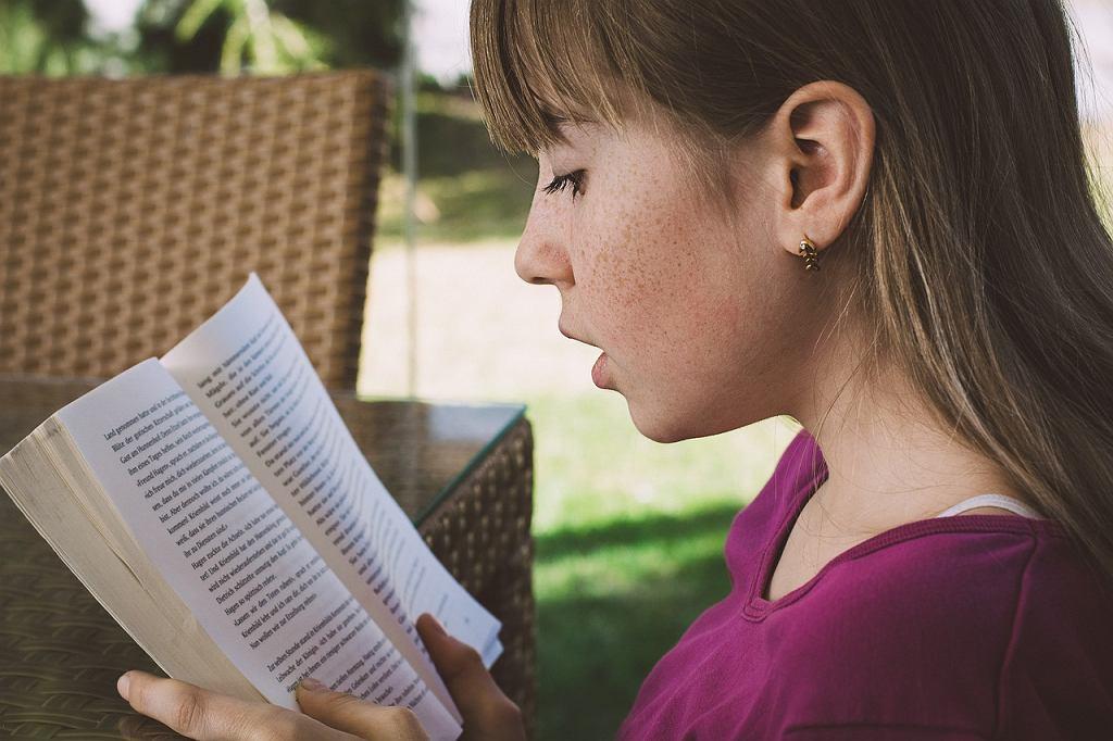 Książki dla 8-latka i 8-latki do samodzielnego czytania. Sprawdź najlepsze propozycje. Zdjęcie ilustracyjne