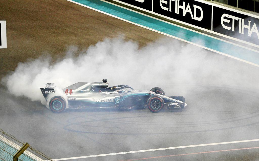 Lewis Hamilton celebruje zwycięstwo w GP Abu Zabi w 2018 r.