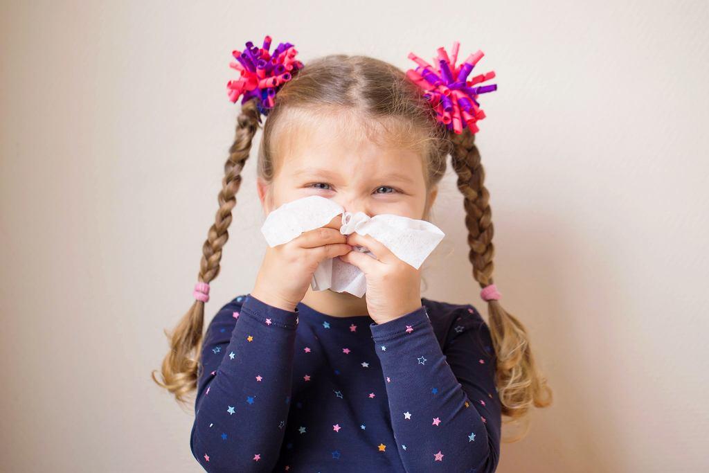 Żółty katar u dziecka może świadczyć o zapaleniu zatok przynosowych. Zdjęcie ilustracyjne