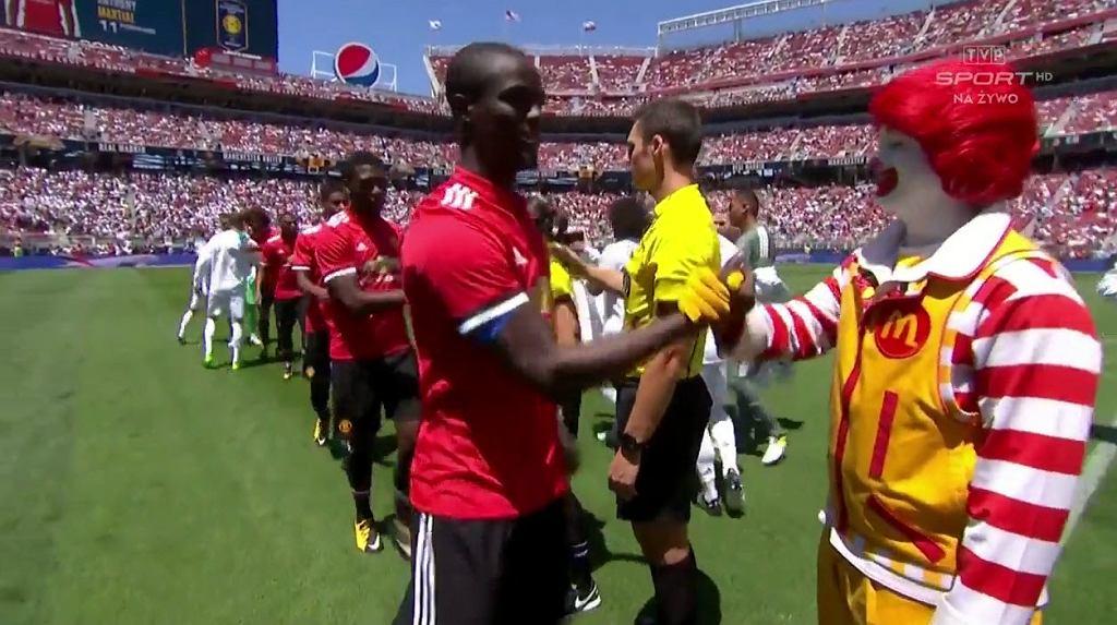 Piłkarze Manchesteru United witają się z maskotką McDonald's przed towarzyskim meczem przeciwko Realowi Madryt