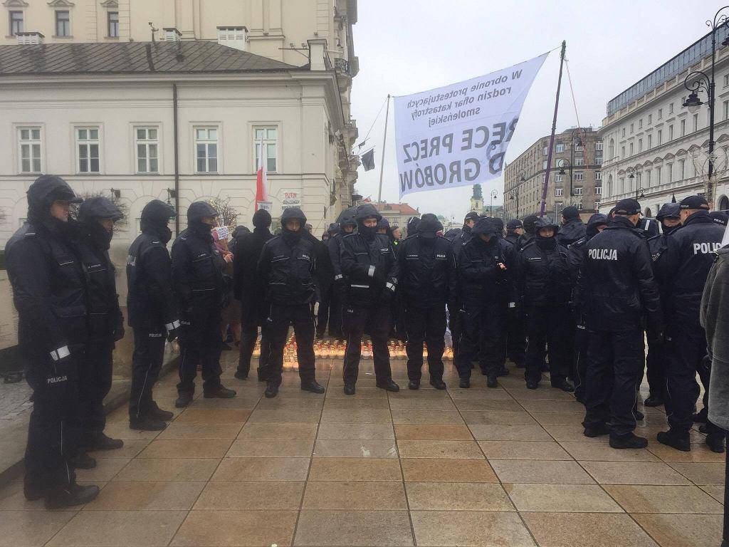 Policja pilnuje krzyża