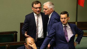 Minister Sprawiedliwości Zbigniew Ziobro i premier Mateusz Morawiecki w towarzystwie wicepremiera Jarosława Gowina.