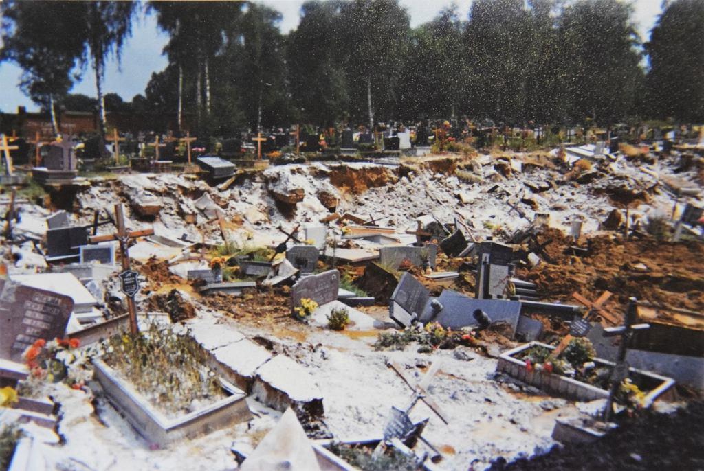 W lipcu 1997 roku ulewne deszcze przyczyniły się do osunięcia ziemi, a wraz z nią prawie 300 grobów ze zmarłymi na cmentarzu komunalnym przy ulicy Rudzkiej 21 (fot. Archiwum Zarządu Zieleni Miejskiej w Rybniku)