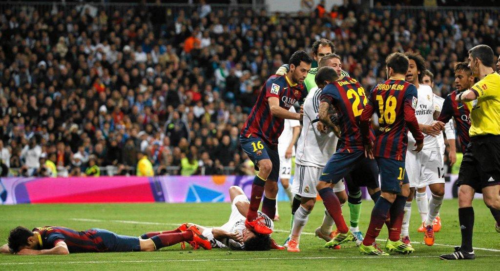 Sergio Busquets depcze głowę Pepego