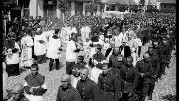 (1938 r. Fotografia Bolesława Augustisa).  ...Bolesław Augustis razem z rodziną (rodzicami, trzema siostrami i bratem) przyjechał do Białegostoku 6 maja 1932 roku z dalekiego Nowosybirska (Rosja). Miał wtedy 20 lat. Rodzina Augustisów prawdopodobnie wywodziła się z polskich zesłańców postyczniowych (1863).