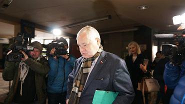 Prezes NBP Adam Glapiński w drodze na przesłuchanie przez prokuraturę (ws. afery KNF). Za szefem - jego dyrektor departamentu komunikacji i promocji Martyna Wojciechowska. Katowice, 3 stycznia 2019