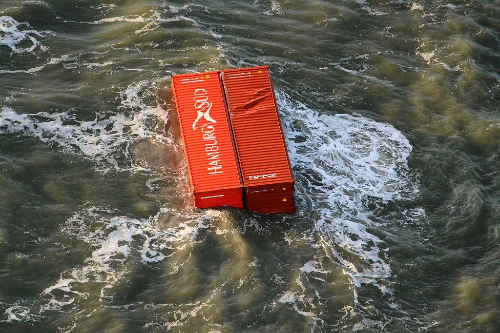 Zdjęcie udostępnione przez holenderską straż przybrzeżną przedstawiające kontenery, które zgubił statek MSC ZOE.
