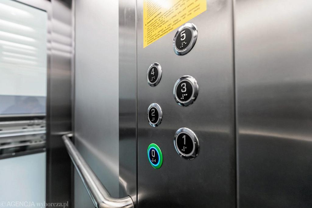 Dziwna kradzież w bloku na Ursynowie. Mieszkańcy nie mogą korzystać z windy, bo zabrano panele