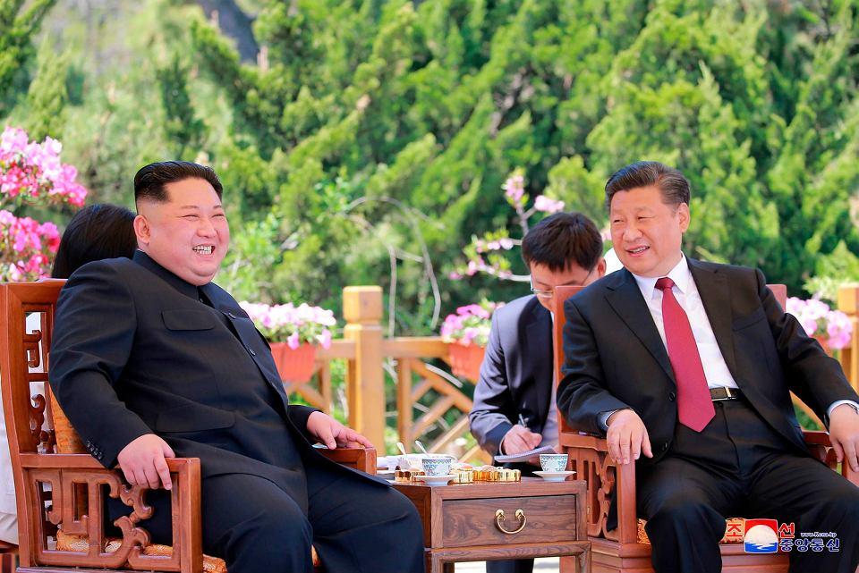 Przywódca Korei Północnej Kim Dżong Un i prezydent Chin Xi Jinping podczas spotkania w chińskim Dalian, 8 maja 2018 r.