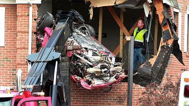 USA: Rozpędzone porsche wbiło się w piętro budynku