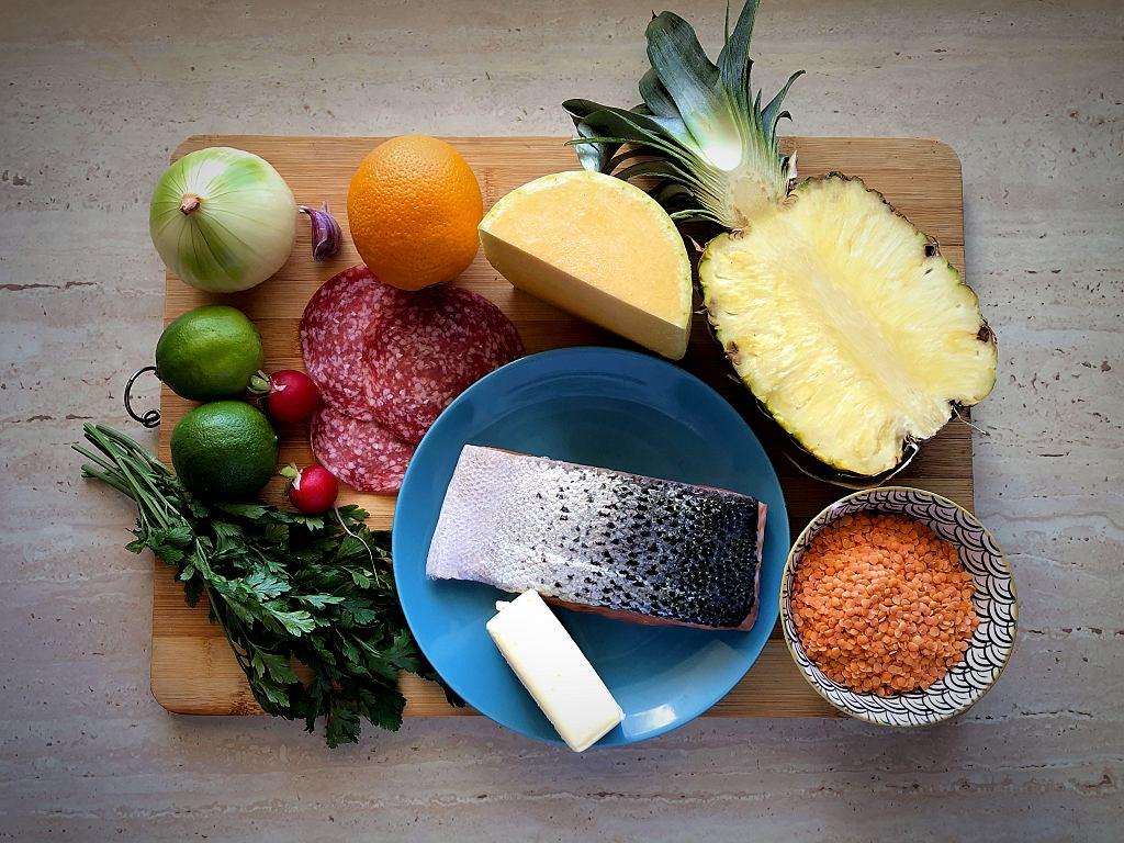 Potrzebne składniki do przygotowania łososia na czerwonej soczewicy z salami, pieczoną dynią i owocami