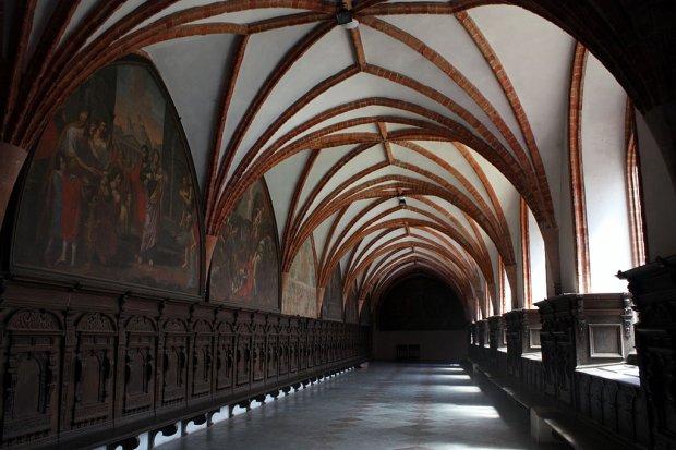 Północne skrzydło krużganków dawnego klasztoru cystersów/ Fot. CC BY-SA 3.0/ szymon xx/ Wikimedia Commons