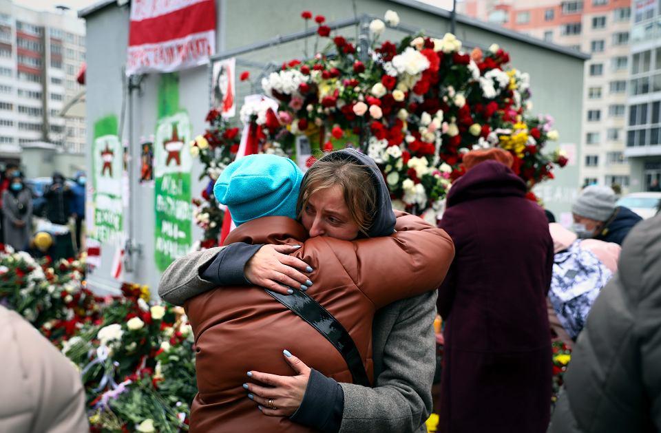 Zgromadzenie ku czci 31-letniego Romana Bandarenki, który zmarł dotkliwie pobity przez tajniaków i milicjantów, Mińsk, 13 listopada 2020 r.