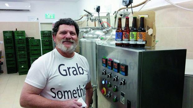 Neil z kibucu Ketura z dumą prezentuje kolekcję piw warzonych na pustyni. Oczywiście są koszerne