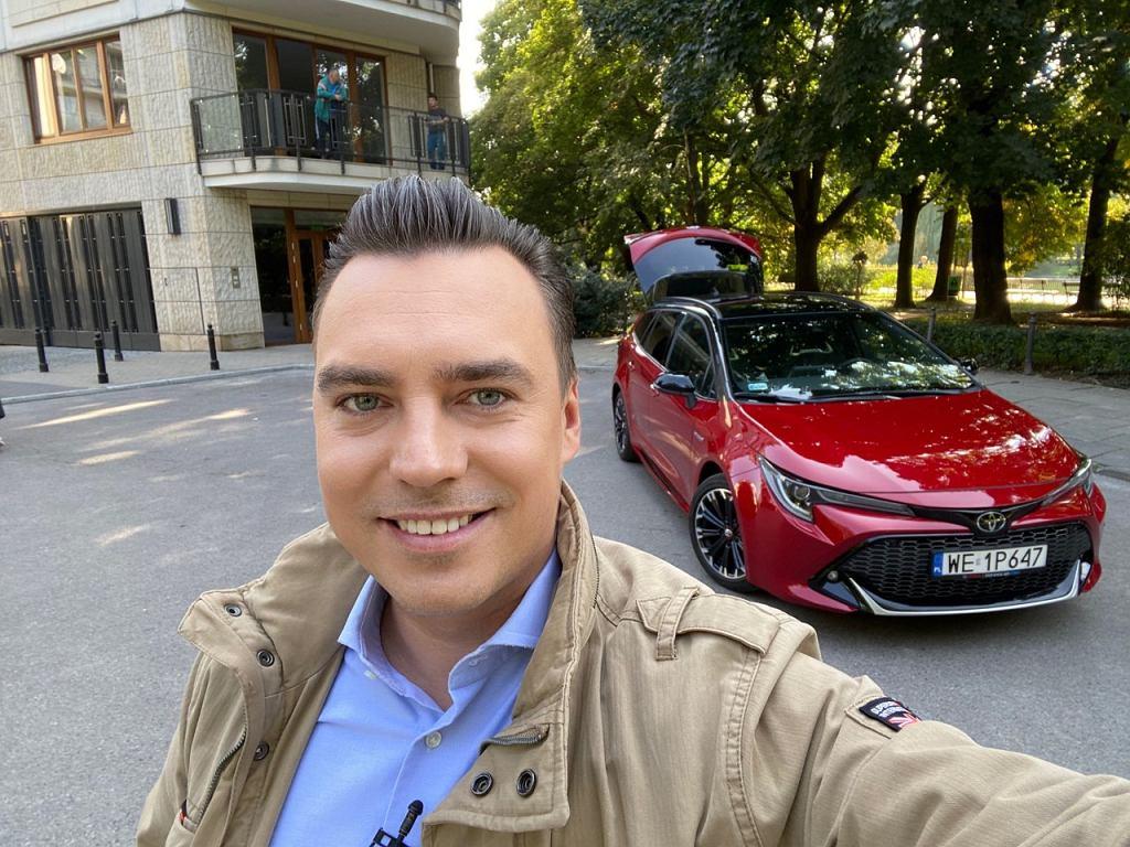 Tomasz Korniejew i Toyota Corolla na planie Studia Biznes
