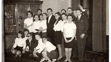 Uczniowie I Liceum Ogólnokształcącego we Wrocławiu podczas studniówki w 1968 r. Jan Dryjański stoi między uczennicami w czarnym garniturze. Autor tekstu w czarnych okularach w dolnym rzędzie wśród koleżanek.