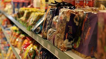 Ze sklepu zniknęły orzeszki i kremy czekoladowe warte 2,6 tys. złotych. Policja zatrzymała 58-latka