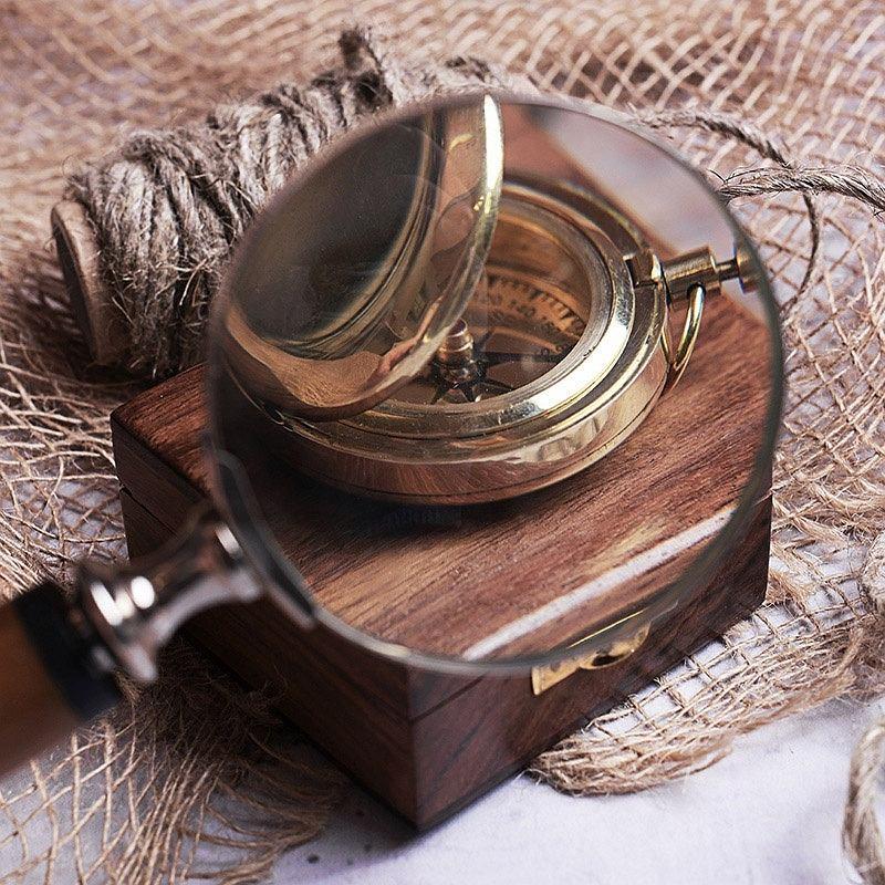 Kompas w grawerowanym pudełku