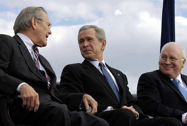 Chenney, prezydent Bush Jr. i Rumsfeld (L)