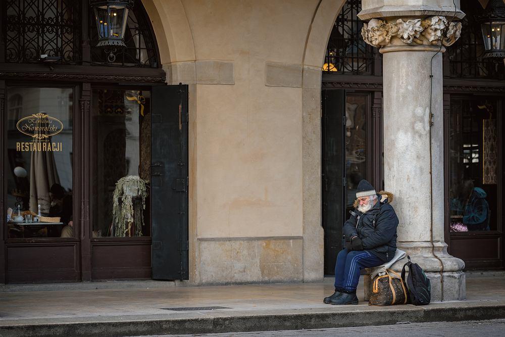 Osoby biedne są często skazane na samotność