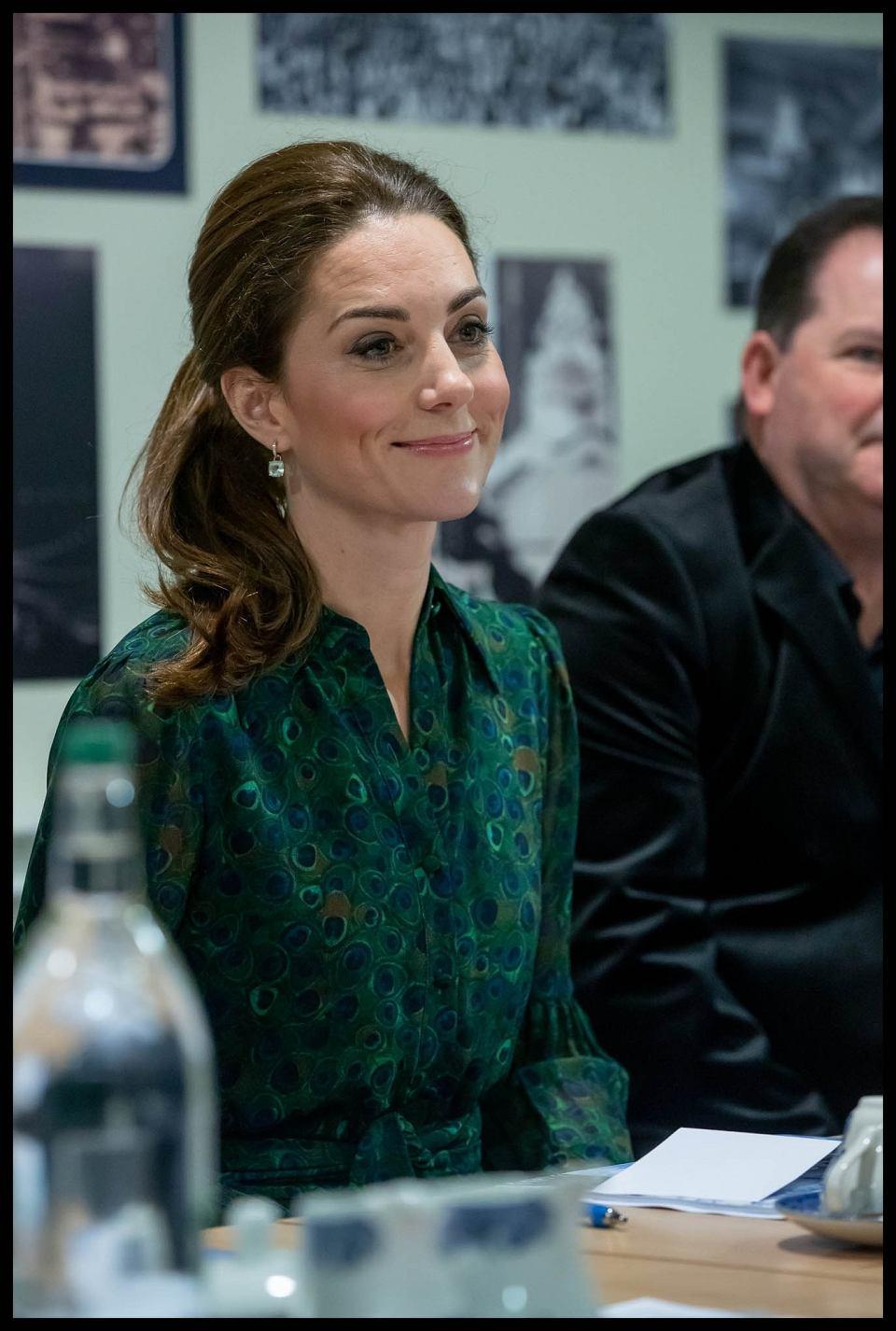 9761cbaac0 Księżna Kate w wysokich kozakach i oliwkowym płaszczu za prawie 5 tys. zł.  Ale spójrzcie na oryginalny wzór na sukience