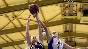 Tauron Basket Liga Kobiet: KSSSE AZS PWSZ Gorzów - Energa Toruń 45:67 (10:19, 13:22, 11:16, 11:10). O piłkę walczą Magdalena Szajtauer (z prawej) i Paulina Misiek
