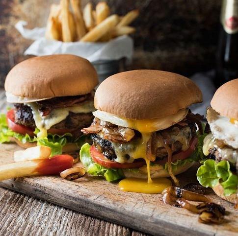 W czasie okresu lepiej unikać tłustych, ciężkostrawnych potraw
