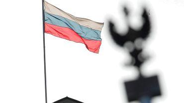Flaga Rosyjska na budynku ambasady w Warszawie.