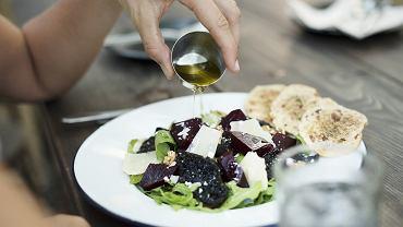 Jakie produkty są korzystne dla naszych jelit, a jakich lepiej unikać?