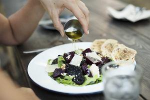Co jeść, by mieć zdrowe jelita? 5 grup pokarmów, które warto włączyć do menu i 5 tych, których lepiej unikać