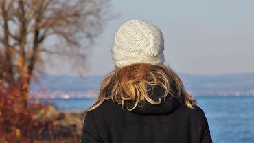 Elektryzujące się włosy - jak sobie z nimi poradzić? Zdjęcie ilustracyjne