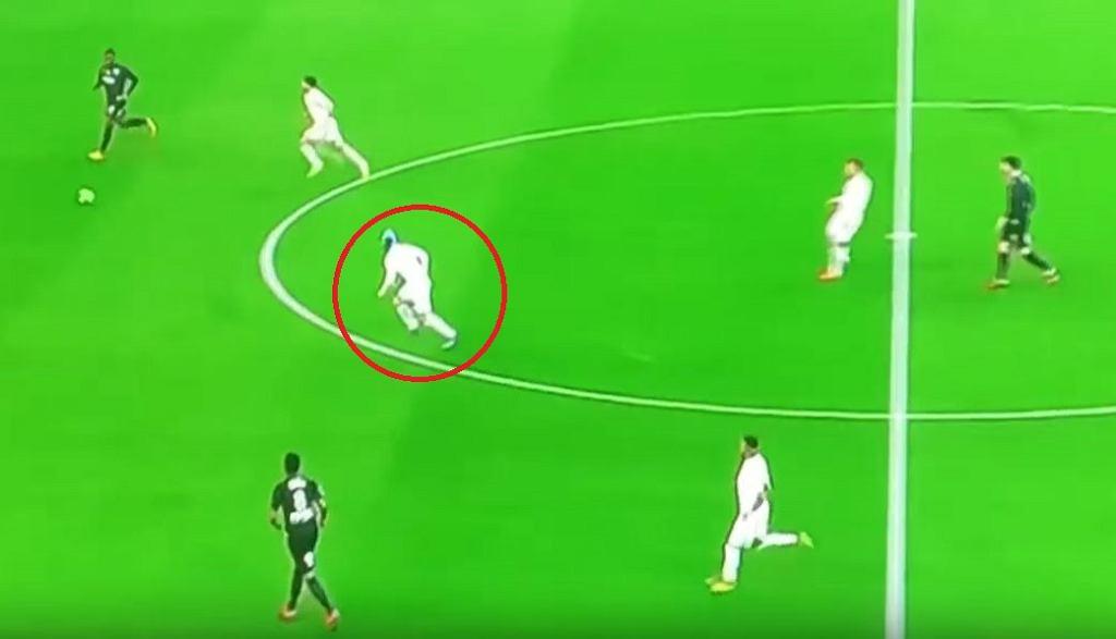 Dario Benedetto w czepku podczas meczu w Ligue 1