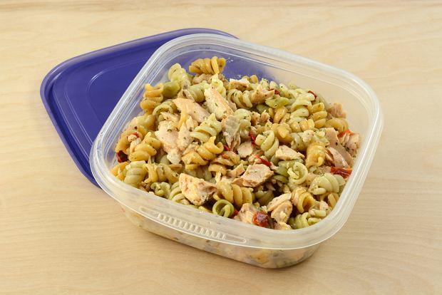 By szybko schłodzić jedzenie, nie trzymaj go w garnku, tylko przełóż do kilku mniejszych opakowań