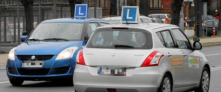 46-latka zdawała egzamin na prawo jazdy,  wręczyła dowód i banknoty