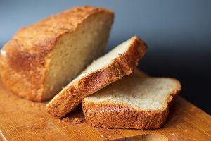 Nie tylko Polacy wzięli się za pieczenie chleba. Wersja bez drożdży a z masłem orzechowym zawojowała Zachód