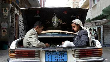 Jemeńczycy żujący khat.