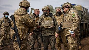 Prezydent Ukrainy Wołodymyr Zełenski podczas wizyty na froncie