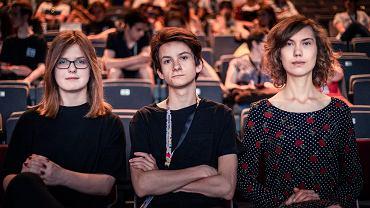 Młodzi ludzie w kinie