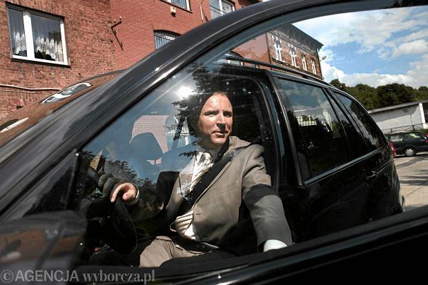 Rok 2010. Jacek Kurski i jego zwolennicy pod siedzibą komornika sądowego po nieudanej licytacji swojego samochodu. Jacek Kurski miał przeprosić Agorę i Gazetę Wyborczą za nie prawdziwe i krzywdzące wypowiedzi na jej temat