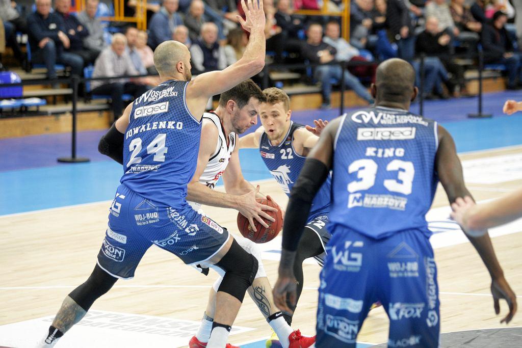 Koszykarze BM Slam Stal Ostrów Wielkopolski (na niebiesko)