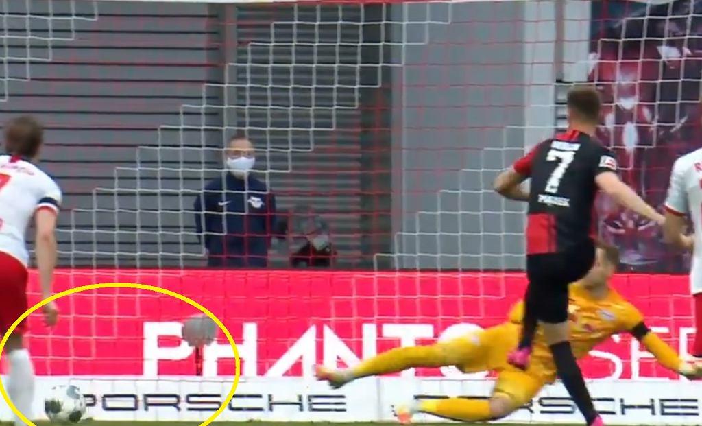 Krzysztof Piątek strzela gola RB Lipsk - Hertha 2:2