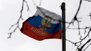 Sewastopol, protesty zwolenników przyłączenia się do Rosji - rosyjskie flagi powiewają przed urzędami