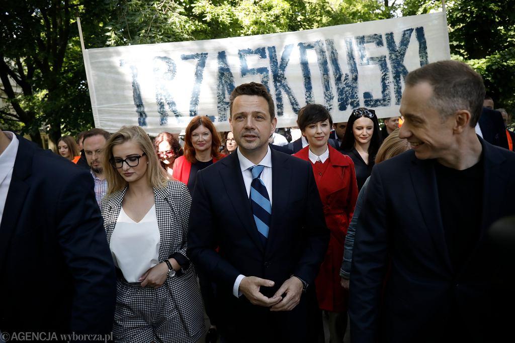 Rafał Trzaskowski podczas przemarszu do Państwowej Komisji Wyborczej